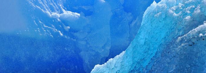Arktinen maisema. Lähikuva sinisistä jäävuorista
